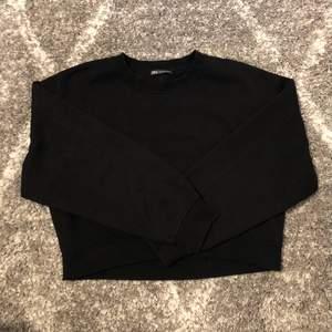 En svart sweatshirt från zara. Super fin men kommer inte till användning. Den är i storlek m. Skriv privat vid frågor. Pris går alltid diskutera:))
