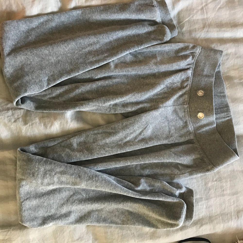 Ett par sköna mjukisbyxor. Dom är fina på men det bästa med dom är materialet. nypris är 250kr ungifär tror jag. Mitt pris går att diskutera vid intresse och snabb affär 💕. Jeans & Byxor.