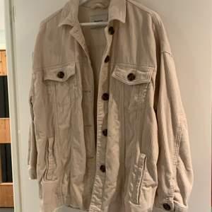 en fin beige jacka i manchester köpt på stradivarius för ett år sedan:) i bra skick. köpare står för frakt. jackan är oversized och sitter snyggt på en s också:) (skriv för fler bilder)