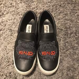 Kenzo skor slip on! 👟 inköpta från NK i Stockholm sommaren 2018. Kvitto, skokartong & dustbag medföljer. Mycket sparsamt använda.🥳 Frakt står köpare för annars hämtas dem upp i Norrköping. Nypris: 3000kr mitt pris: 600kr