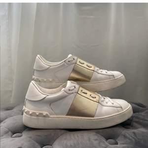 Säljer mina fina valentino skor med guld stripe! Så coola och passar till allt! Dom passar mig som har storlek 38 i vanliga fall alltså så är dom stora i storleken!☀️ dom är i fint skick och dustbag följer med!❤️ kan även tänka mig byta mot ett par likdana i större storlek