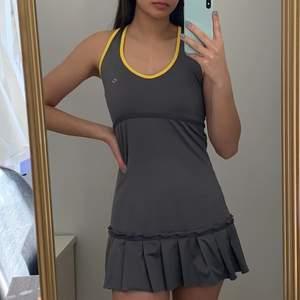 En oanvänd Padel/Tennis klänning i storlek S.  Köparen står för frakten som ligger på 65 kr och betalning sker via swish<3