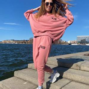 Fantastisk NY rosa kostym. Den outfit kommer att vara perfekt för sommarvandringar. Kostym består av en hoodie och långa byxor. Bra textil (bomull). Passar kvinnor som är från 160cm till 170cm långa.
