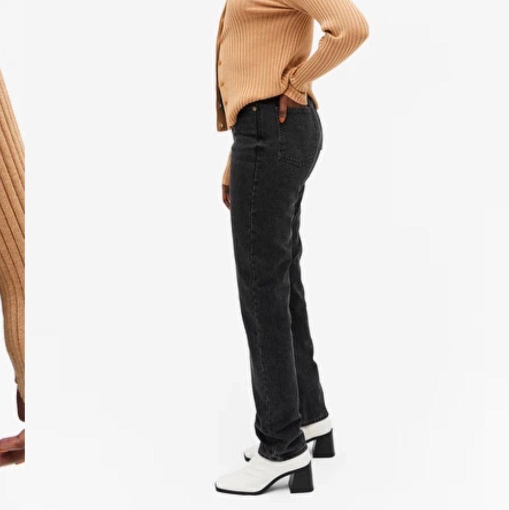 Raka Monki jeans som tyvärr e för små, bra i längden på mig som är 168, super bra skick. Storlek 25💓 du står för frakt. Jeans & Byxor.