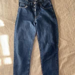 Jeans från KARVE med blekt ficka i girlfriend passform. Inga defekter
