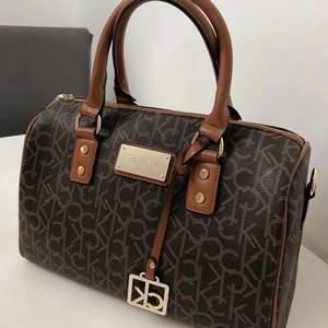 Säljer min Ck väska som är lik LV, den är köpt 2018 utomlands, 500kr + frakt✨