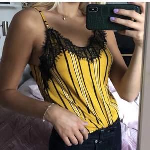 Ett gult randigt linne med spets som inte längre kommer till användning💛