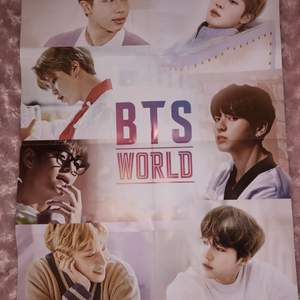 Säljer nu min fina BTS world affisch jag fick med i deras album.  Kommer tyvärr inte till användning längre och kan säkert få ett bättre hem. Har små märken i hörnet efter tejp men annars super fin och bra kvalite.