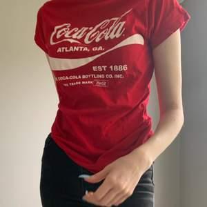 Coca cola T-shirt! Super bra skick! Passar storlek xxs-s beroende på önskad passform❤️😉