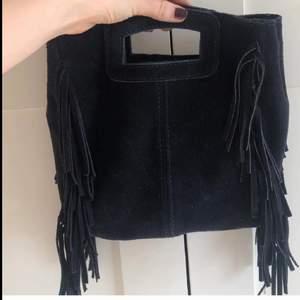 Endast Intressekoll! Vet inte riktigt om jag vill sälja min fina väska som liknar en maje väska. Den är i äkta mocka och kommer med ett band som man kan välja längden på, säljer vid ett bra bud😃💜