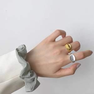 Guld och silverfärgad ring. Köparen står för frakt! Skicka gärna ett meddelande vid frågor!