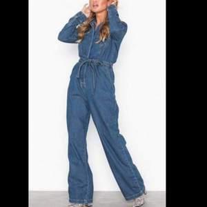 säljer denna sjukt snygga jumpsuit då den inte kommer till användning💞 använd max 5ggr. är 172cm lång, har M i toppar och L i byxor och jeans som storleksreferens:) nypris 800kr
