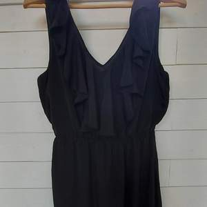Satinklänning i bra skick. Stretchig klänning. Den är i storlek 44 men passade mig när jag hade storlek 38/40.