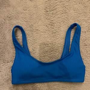 Jättefin knallblå bikinitopp med knäppe där bak. Kommer aldrig till användning💗 säljer för 50kr+frakt💗💗