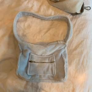 Handsydd fluffig väska med en ficka på sidan. Supermysig oxh rymlig!