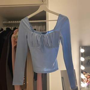 Likadan blus i blå färg och super skön och gullig och självklart snygg men den säljs för att den inte kommer till Användning❤️❤️använd endast 2 gånger