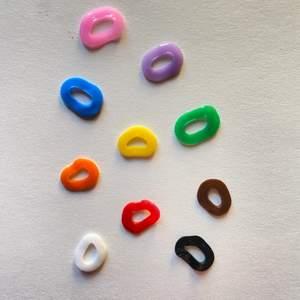 Platta pärlor till ex. armband eller halsband! Första bilderna visar typ Funky. Fler typer finns och alla i 10 färger🌈 20kr för 100st pärlor, blanda sorterna som du vill!