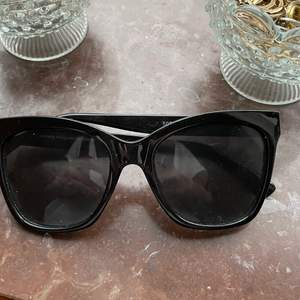 Hahaha ett par svarta solglasögon!