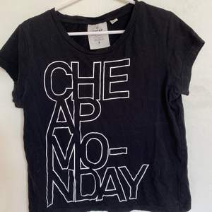 Säljer en svart t-shirt från Cheap Monday i storlek S. Väldigt bra skick och sparsamt använd. Väldigt skönt material. Säljer då den inte längre passar. Hör av er för fler bilder. Köparen står för ev frakt:)
