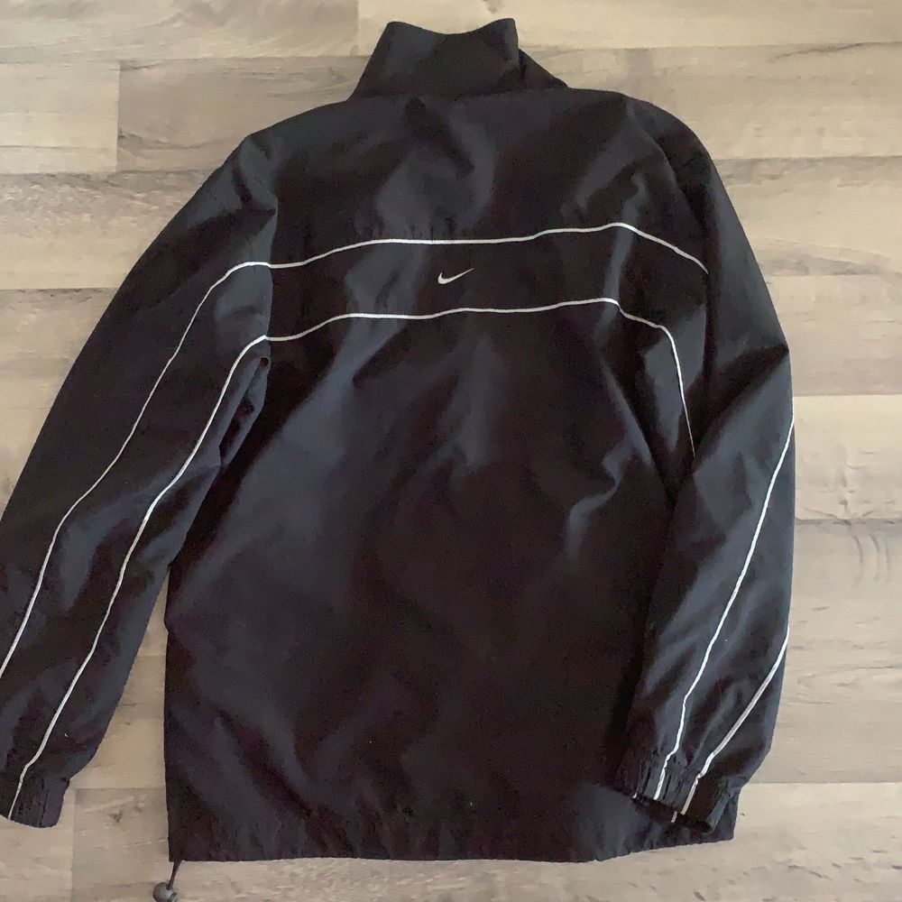 Säljer nu min snygga vintage nike jacka. Jackan är tunn och passar som vårjacka :D. Jackor.