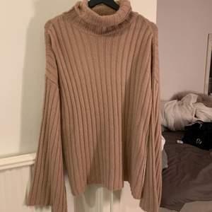 Jätte fin och skön tröja från NAKD, den är mer rosa i verkligheten än på bilden. För fler bilder skicka meddelande 😊 storlek M. Aldrig använd