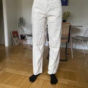 """Bewider jeans 👖 vit Strl """"25/32"""" (skulle säga att de passar en 26 eller mindre 27:a i midjan) Använda, men inga synbara fläckar. Ny tvättade så därför skrynkliga på bilderna! Material-100% bomull"""