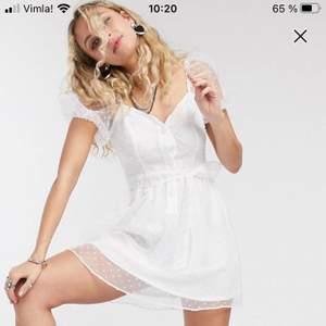Säljer en fin och ny, vit miniklänning perfekt för student eller skolavslutning. Klänningen är helt oanvänd och kommer med taggar. Köptes nyligen och säljer den då det inte gick att returnera tillbaks den. Storlek 38 och i organzamaterial. Midjebälte medföljer.