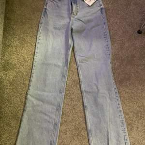 Populära zara jeansen som går o klippa av eftersom de är för långa för vissa vilket bara blir snyggt!