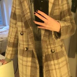 Kort beige kappa från H&M. Kan mötas i Lund eller så står köparen för frakten.