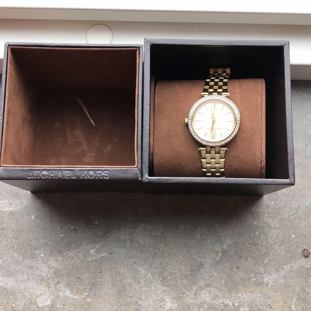 Nu säljer jag min vackra smycken, en klocka från Michael kors (säljer för 1100 kr) och ett par örhängen från iisa (säljer för 800 kr) andvänd två gånger. Ordinarieplats går att hitta på nätet. Vid funderingar eller flera bilder kontakta gärna mig! . Accessoarer.