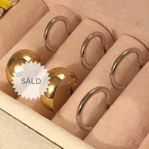 Guldiga och silvriga örhängen 10kr/st. Metall är okänd. Frakt är 12kr. Skriv till mig vid intresse eller frågor. 😊 (De guldiga är sålda)