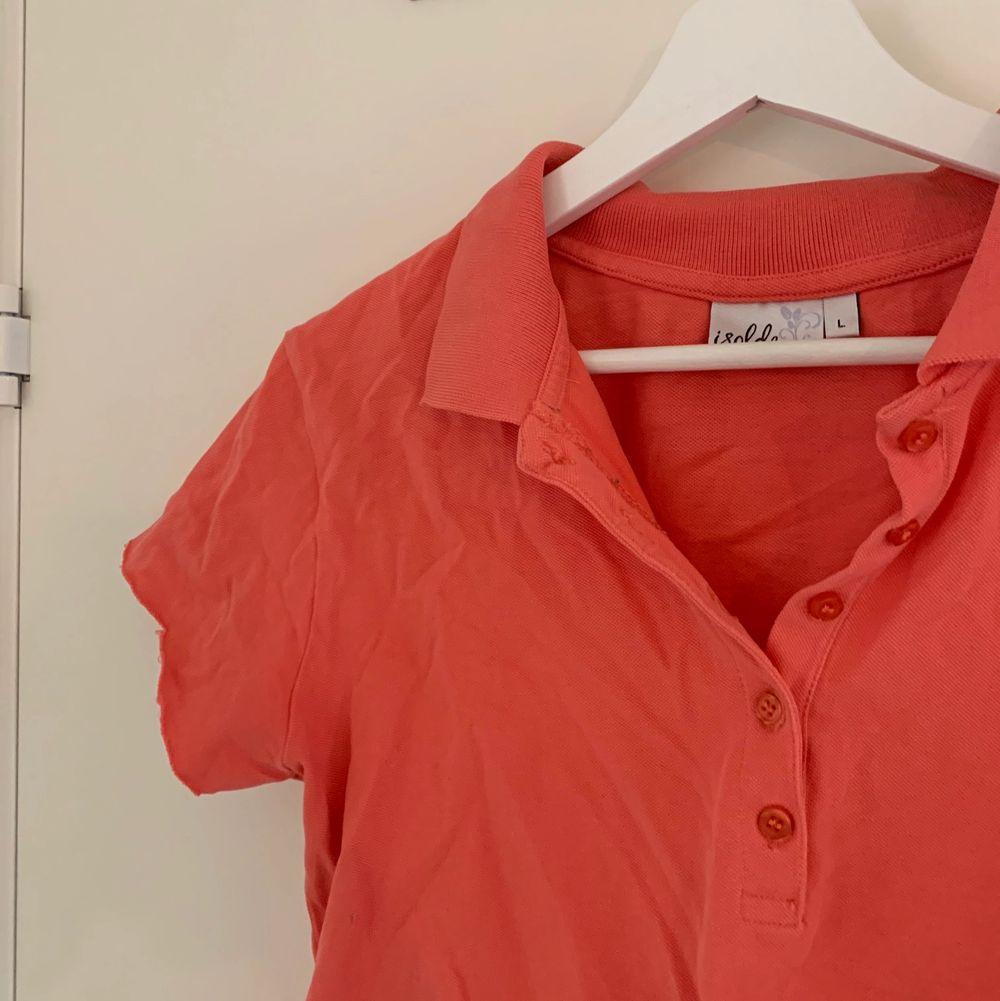 en aprikos/orange/röd tröja med knappar, som jag croppat själv💞 i bra skick🌸. Toppar.