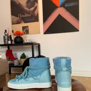Fina ljusblå trendiga INUIKII skor i storlek 39, använda 1 gång. Väldigt sköna och fluffiga inuti👟💙