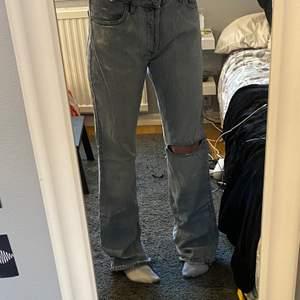 As snygga vintage jeans från jack and Jones, passar mej sjukt bra även fast det är man byxor. Jag är runt storlek m och s och dem här är lite större än det, skriv privat om du vill ha mått💗