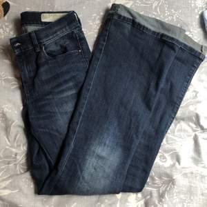 Snygga bootcut jeans från diesel, uppsydda för att passa någon som är ca 165 så att de går över fötterna. Går enkelt att sprätta upp däremot ❤️