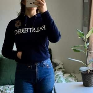 Säljer denna tröja! Den släpptes då Gina tricot hade en kollektion i samarbete med Falsterbo horseshow! Den är mjuk och härlig i en mörkblå färg. Originalpris är runt 400kr. Använt den ett fåtal gånger. Säljer för att den inte är min stil längre. Frakt ingår ej 💕