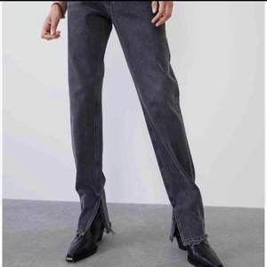 Säljer dessa gråa jeans från Zara med slits. De är använda och därav lite slitna💕skriv för fler bilder! Köp ditekt för 500 eller buda. Högsta bud: 350