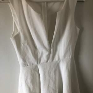 Vit klänning, strl 34, okänt märke. Köpt på secondhand, aldrig använd. Frakt tillkommer!