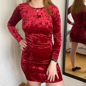 Säljer en fin klänning perfekt till jul eller halloween! Väldigt skön och fint skick!