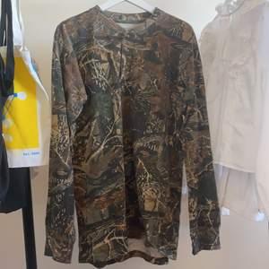 """en lång tröja som skulle passa  till en """"fairy"""" outfit. den är i storlek M (male) men sitter bra på mig som är S , bara lite lång i armar"""