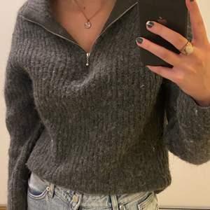 Säljer denna jättefina tröjan från Weekday! Använd ett fåtal gånger och i väldigt bra skick. Säljer eftersom den inte kommer till användning längre. Köpt för 500kr. Köparen står för frakten💜