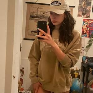 Supersnygg sweatshirt som är som ny då jag aldrig använt den💗 sitter snyggt oversized på mig som är S!