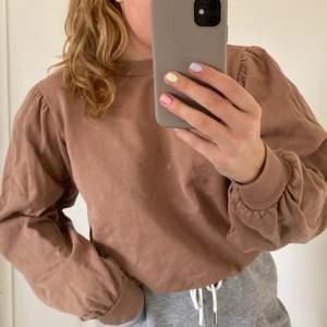 Brun college / sweatshirt från NA-KD i storlek 36! Den har puffärmar och rundad krage!💖 använd några gånger