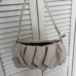 Så söt baguette väska från shein som tyvärr aldrig kommit till användning!!