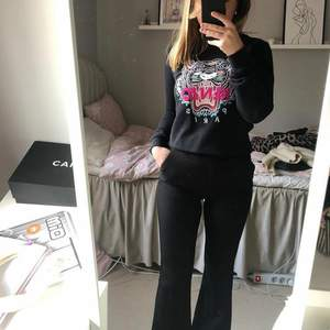 Jättefin tröja från Kenzo! Knappt använd då jag varit väldigt rädd om den, säljer nu pga inte min stil längre.