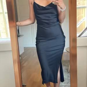 Klänning från Gina Tricot. Aldrig använd. Köpt för 3 månader sen för 400kr