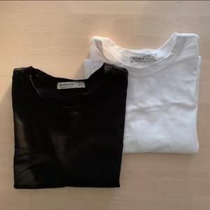 Två likadana tshirts, samma modell men ena är svart och andra vit. ALDRIG ANVÄNDA! Från Stradivarius. Kan mötas upp i centrala gbg, annars står köparen för frakt📬