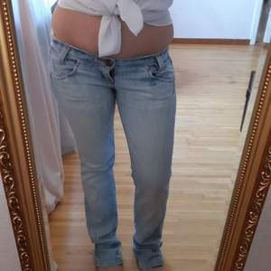 Lee Ljusblåa jeans i fint skick. Storlek W26 L33. Hör gärna av dig vid frågor:)