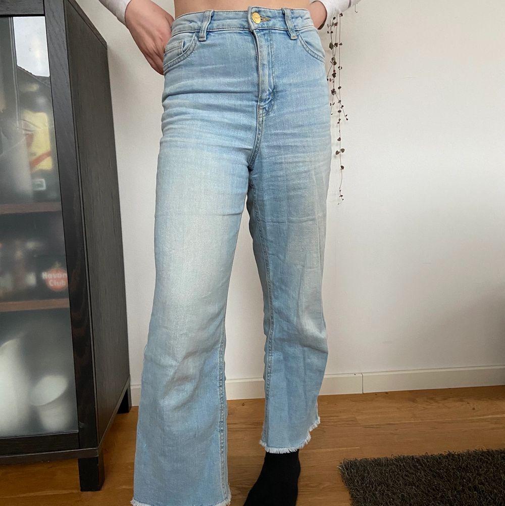Säljer mina älskade jeans från Lindex! De är SÅÅ sköna och lena, de är sparsamt använda💙 De sitter som XS trots barnstrl. Köpare står för frakt…. Jeans & Byxor.