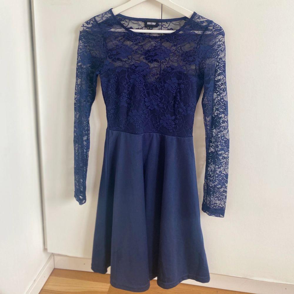 Blå klänning från bubbleroom i storlek XS. Använd endast en gång. Perfekt för lite finare tillfällen! Pris går att diskutera💗 köparen står för frakt!. Klänningar.